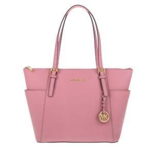 Innen beiges Textil mit Logoeinwebung, ein Hauptfach, vier Einschubfächer, ein Reißverschlussfach. Außen rosa Saffianoleder, seitlich zwei Einschubfächer, zwei Henkel aus rosa Leder, goldene Metalldetails und goldener, abnehmbarer MK-Anhänger.